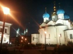 Der Kazaner Kreml (Alte Stadtfestung) bei Nacht im kulturellen Nebeneinander.