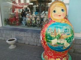 Tourismus, Nippes und Souveniers in bunter Fülle gibts satt in der Uliza Baumana, der zentralen Flaniermeile Kazans. Tatarische Puppen (im Fenster) und Russische Matroschkas, gleich Metergroß, warten auf die immer mehr werdenenden Besucher Kazans.