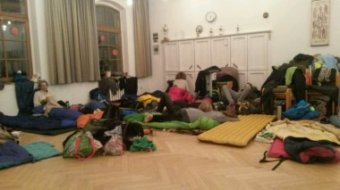 Das tägliche Getümmel. Die Räume einer Kirchengemeinde wie hier in Moritzburg, kurz vor Dresden, sind schön warm und viele müssen erstmal ein Schläfchen halten nach 22 km zu Fuß durch die Nasskälte eines schlecht gelaunten Januars.