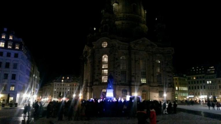 200 Leute hatten sich gestern (05.01.2017) in Dresden, mitten vor der Frauenkirche am Neumarkt in der Alstadt eingefunden. Einige von uns erzählten mit Lautsprechern ihre Beweggründe dabei zu sein. Bei minus 11 Grad sind mir die Tränen gekommen, die Eisfüße hielten somit etwas länger der Kälte stand; es tut so gut diese andere Wärme zu spüren. Wärme der Menschlichkeit in diesen so vielfältig kalten Tagen.