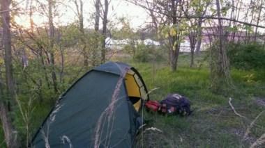 Keine Junkies oder Zigeuner in Sicht.... alles sauber, kein Müll, keine Spritzen. Beste Lage also fürs Nachtlager im Zelt.