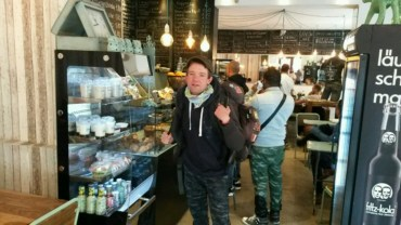 """Hier im """"Romeo-Romeo"""" wärme ich mich erstmal auf, in meinem Lieblingscafe mitten im Schöneberger Kiez gibts erstmal lecker Kuchen und Espresso zum Frühstück, Internet und Kaffeeklatsch."""