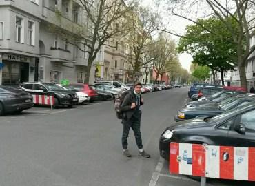 Auf der Motzstr. schwer beladen mit 15 kg Gepäck. Weiter ziehe ich heute nach Neukölln, einige Kilometer in ein völlig anderes Berlin.