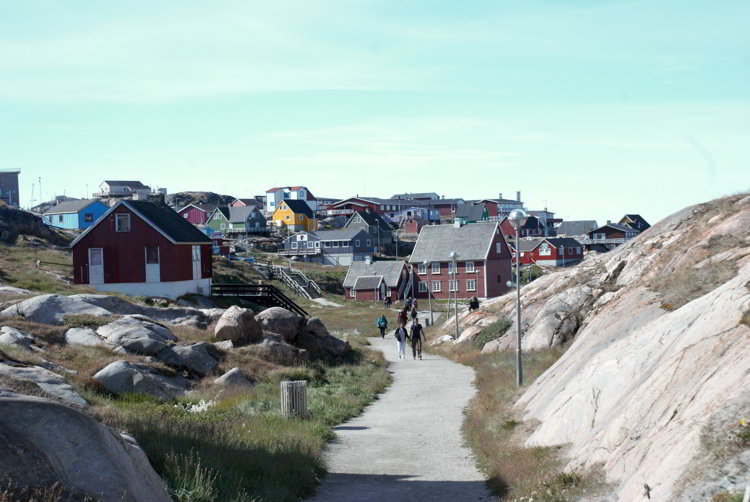 An image of the walking path that leads from Ilulissat Greenalnd to Ilulissat Icefjord