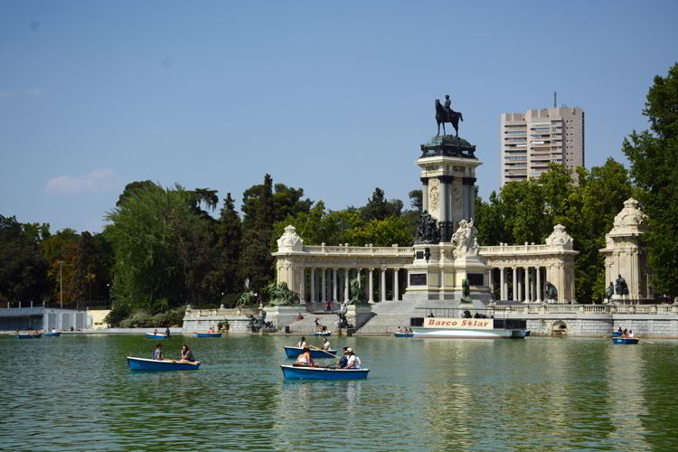 An image of the lake with boats on it at Retirio Park in Madrid, Spain - free things to do in Madrid.