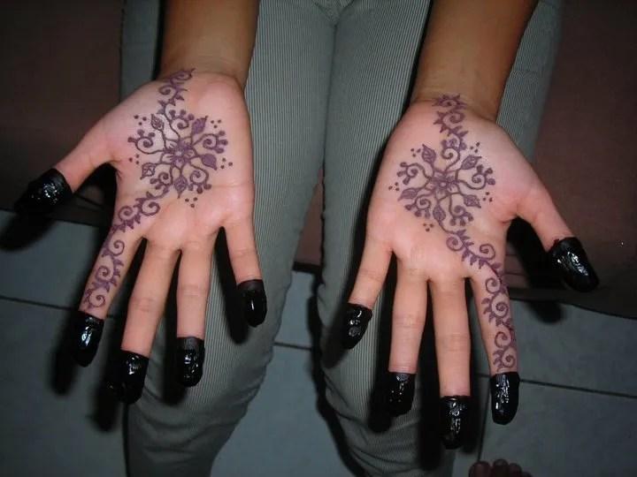 Ukiran Henna Simple Di Telapak Tangan