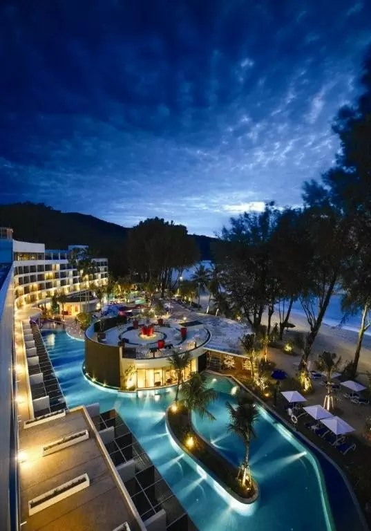 Kawasan pantai dan kolam renang Hard Rock Hotel Penang