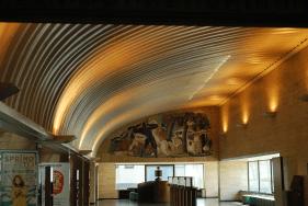 gebogen alu aan het plafond en keramiekreliëf tegen de zijwanden