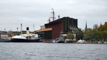 Vanop het water zien we het silhouet van het Vasa-museum