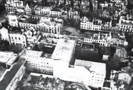 Das Stadttheater ohne Dach Rechts querdie Theaterstrae unten das Regierungsgebude In dem
