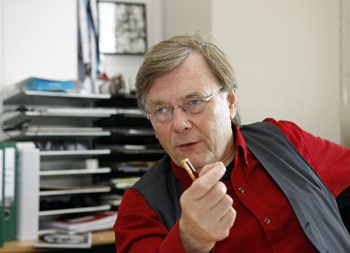 """Ab Osterhaus tegen het licht gehouden. Een citaat uit 2005: """"Er is nu besloten voor dertig procent van de Nederlandse bevolking voorraden aan te leggen; dat is ook genoeg, want niet iedereen wordt ziek of tegelijk ziek."""" Waarom adviseert hij Klink dan om 34 miljoen vaccins te kopen.."""