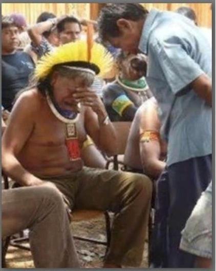 Een beeld dat de wereld mag rondgaan; het opperhoofd van de Kayapo-indianen krijgt de slechtste tijding van zijn leven: