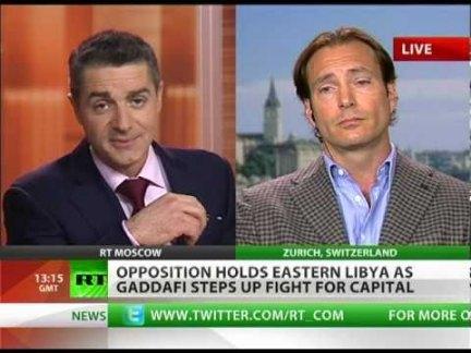 Anthony Wile (rechts) in een interview met zijn zender 'RT', Russia Today..