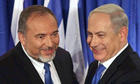 Avigdor Lieberman met premier Netanyahu. De vraag is wie het meest extreem gewelddadig is...