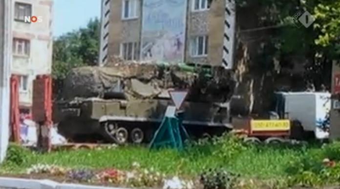 De uiterst militair-strategisch verantwoorde positie om een BUK-raket neer te zetten. Namelijk op een dorpsplein, naast de plaatselijke snackbar.. Zichtbaar, ERG zichtbaar dus..