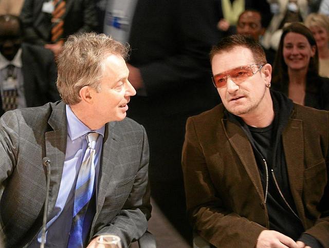 Bono met oud-premier tony Blair, door een Maleisische rechtbank veroordeelde oorlogsmisdadiger.
