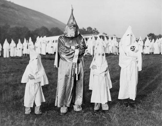 Foto uit 1948 van een bijeenkomst van de Ku Klux Klan waarbij het de normaalste zaak was, dat ook kiinderen werden ingewijd..