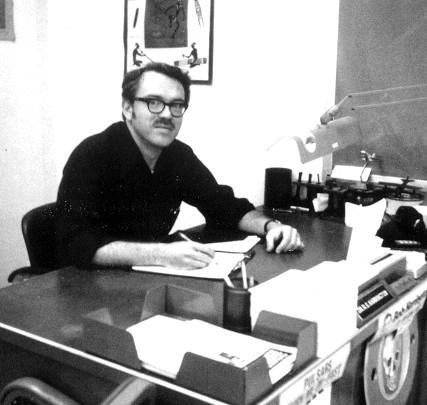 Dr. Robert Harrington achter zijn bureau. Is hij straks de officiële ontdekker van planeet 'X', of 'Nibiru'..?