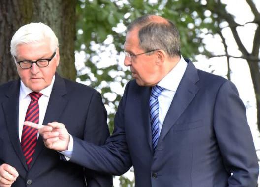 De ministers van Buitenlandse Zaken van Duitsland (Frank-Walter Steinmeier (L)) en Rusland (Sergei Lavrov) tijdens een wandelingetje deze week.