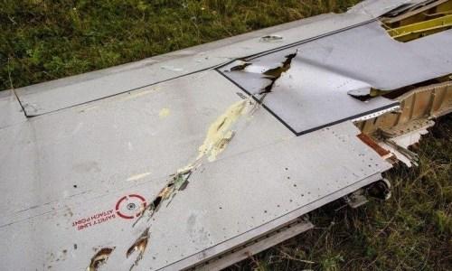 Een van de vliegtuigvleugels, lijkt doorzeefd te zijn, met slechts 1 rij kogels..!! Geen sprake dus van shrapnel-bewijs..