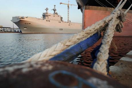 De deal met Rusland voor de levering van 2 tot 4 Marineschepen, heeft president Hollande met dikke touwen beperkt in zijn bewegingsvrijheid..!