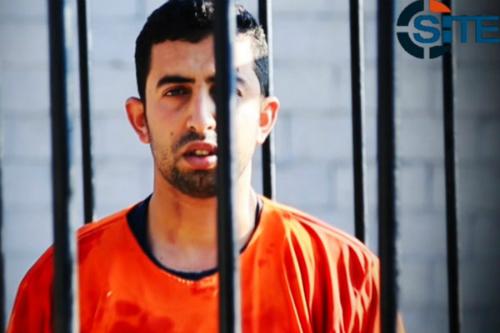 De Jordaanse piloot Muath Safi Yousef Al-Kasasbeh in beeld, in de kooi waarin hij later verbrand zou worden..