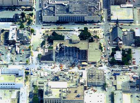 Het overheidsgebouw zoals het er uit de lucht uitzag, na de aanslag op 19 april 1995.