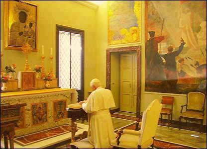 Paus Johannes Paulus knilet in het Vaticaan voor een afbeelding van een zwarte madonna met kind..!