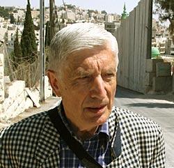 Oud-premier Dries van Agt in de Palestijnse gebieden, om poolshoogte te nemen van de onderdrukking van het Palestijnse volk.
