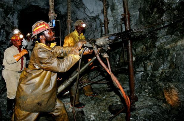 De mijnbouw van de multi-nationals brengt ook 'werkgelegenheid' naar het continent. Andersom gezegd: de Afrikanen mogen helpen hun continent leeg te halen..