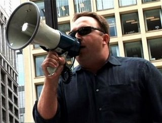 Alex Jones is een man die 'zijn' waarheid het liefst van de daken schreeuwt!
