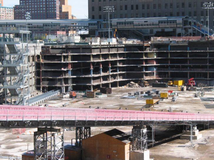 Het verhaal van Rodriguez gaat voornamelijk over wat zich afspeelde in dit gat.. Dit is het gat onder het de WTC-torens, waar het puin van de ingestortte toren uit is leeggeschept. Duidelijk is de enorme grootte te zien en de restanten van de 7 (!!) etages diepe parkeergarage van de torens.