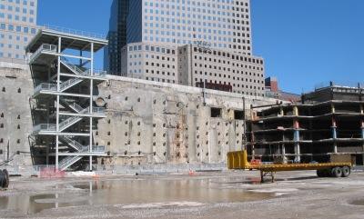 Een foto genomen nadat het puin van het WTC verwijderd was. Rechts zie je hoe de 6 kelderverdiepingen boven elkaar lagen in deze enorme 'badkuip'.