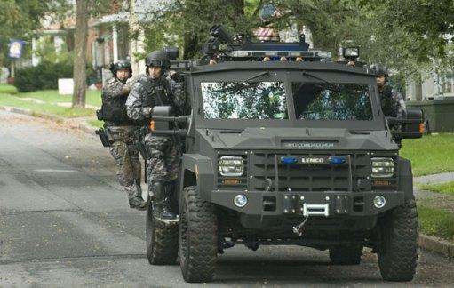 Dit beeld doemt steeds meer op in de VS; politie die zich -schijnbaar zonder enige aanleiding- presenteert als private huursoldaten..