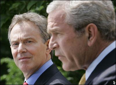 Tony Blair met zijn vriendje Bush jr. Hun Irak-invasie dient gewoon democratisch en openbaar getoetst te worden.