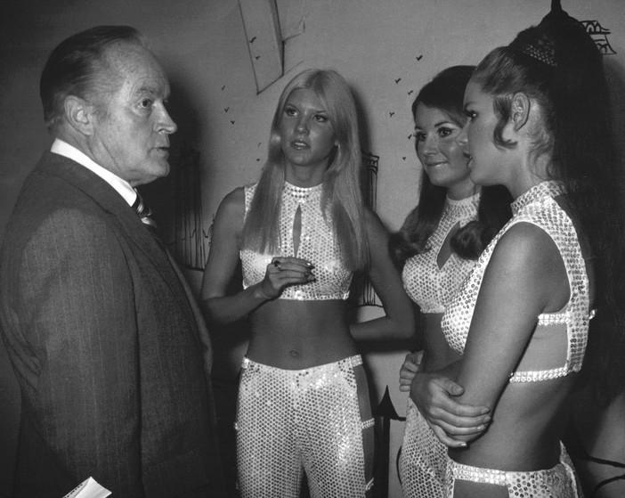 Bob Hope bij een groepje glitter-meisjes, zoals Brice Taylor ze omschrijft