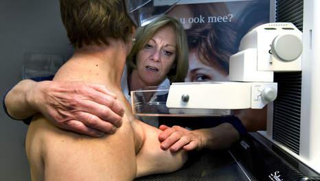 Het uiterst pijnlijke borstonderzoek dat borstkankerpreventie zou dienen.. (klik voor artikel over de dubieuze claims van preventie!)