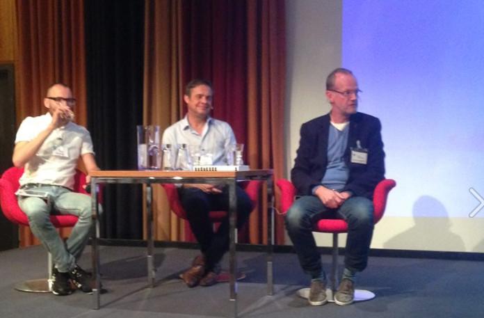 Ir. Wico Valk (m) en Ir. Coen Vermeeren (r) in gesprek over hun technische 9/11-presentatie o.l.v. Gijs van WeAreChange.nl