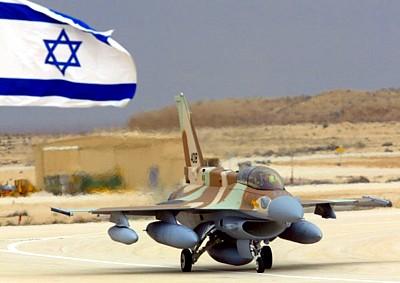 Israëlische F-16 met enorme brandstoftanks, om de actieradius ver op te voeren, en ver buiten de grenzen van Israël.