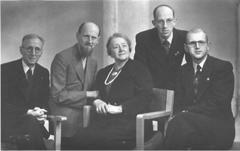 Foto van de familie Henskes. Vader, moeder en drie zoons. De vierde zoon ontbreekt op de foto. Hij woonde in Den Haag. Deze foto is genomen in de periode dat Mirin Dajo demonstreerde in besloten kring in Nederland. Zijn familie was daar nog maar net van op de hoogte.