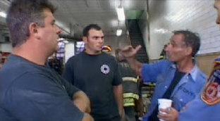 """Het waren deze brandweermannen die hun verbazing uitspraken tegen elkaar, terug in de kazerne. 'Het leek wel of dat er bommen af gingen, per etage.. Boem, boem, boem..!"""""""