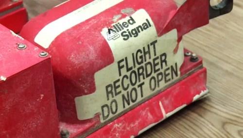 Op 22 Juli 2014 komen de zwarte dozen van MH17 ONGESCHONDEN overhandigd door de 'rebellen'.. Tot op de dag van vandaag weet NIEMAND wat er op deze voicerecorder-gesprekken staat..