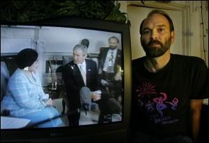 Fred Burks bij een video waarin hij op de achtergrond tolkt voor Bush jr. in zijn gesprek met Soekarnoputri