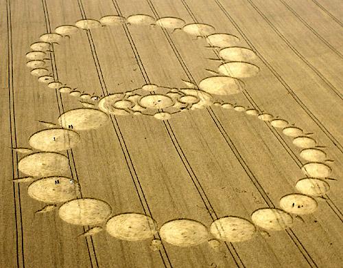 Lemniscaat: teken van oneindigheid. Hoe groot moeten de graancirkels worden, willen ze de 'pers' halen. Mogen ze dáár stil getuigen van de aanwezigheid van de kosmische verbinding van de mens.