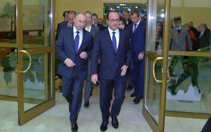 Poetin en Hollande op 6 december in Moskou. Op een holletje, zo lijkt het, op weg naar een ruimte voor overleg.. De een noemt het een 'verrassingsbezoek' en de ander (Poetin) heel geraffineerd een 'werkbezoek'..