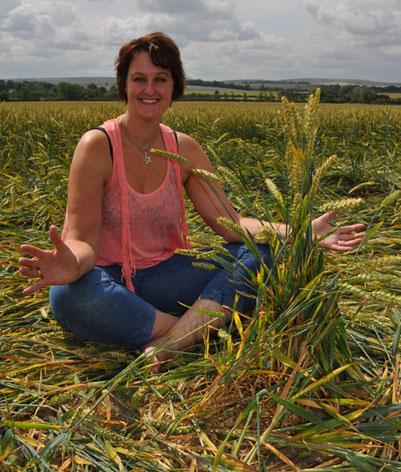 Graancirkelonderzoekster Drs. Janet Ossebaard in 2011 bij een typisch fenomeen van de graancirkels: de knoop..! Een bijna niet door mensenhanden te maken 'pluk' graanhalmen, die vaak in het centrum van een graanformatie te vinden zijn.