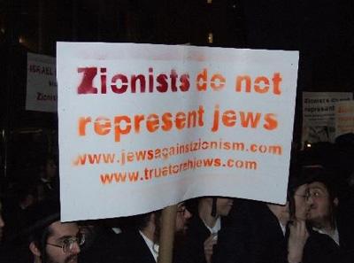 Keer op keer blijkt dat 'Zionisten' het alleenrecht op het bestaan van de staat Israël claimen. Ondanks wereldwijde protesten van Joden, zoals hier op de foto, die zich volledig afkeren van de Zionistische ideologie. Nu zijn het weer de uiterst huichelachtige praktijken van de Likud-partij van premier Netanjahu, die probeert haar politieke ideologie tot 'de waarden van de staat Israël' te verheffen. Dat Zionisme echter wordt verdoemd door veel Joden, laten zij volledig buiten beschouwing..!