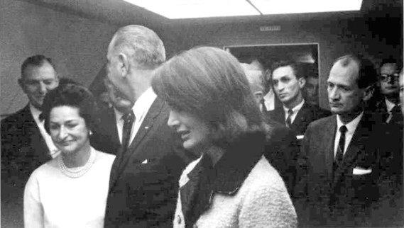 De knipoog van volksvertegenwoordiger Albert Thomas, in het vliegtuig ná de moord op Kennedy, spreekt boekdelen: 'Goed gedaan Jochie!'