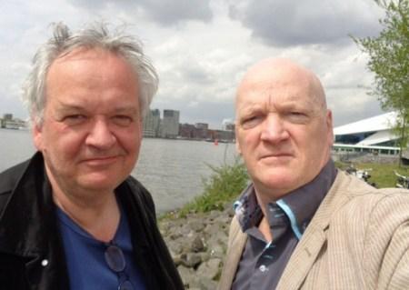 Arnold Karskens interviewt collega Joost Niemöller. Een selfie is goedkoper dan een fotograaf meenemen..