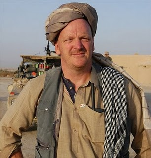 Oorlogsjournalist Arnold Karskens; met de neus op de feiten, maar kennelijk vér weg van een idee voor een oplossing..
